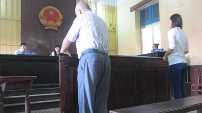 Ông John và bà Tú tại phiên tòa phúc thẩm.