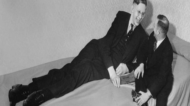 Theo Business Insider, Robert Pershing Wadlow sinh ngày 22/2/1918, nặng 3,9 kg. Một thời gian ngắn sau khi sinh, ông bắt đầu phát triển với tốc độ đáng kinh ngạc. Khi 6 tháng tuổi, Wadlow nặng 13 kg, gấp đôi cân nặng thông thường theo lứa tuổi.