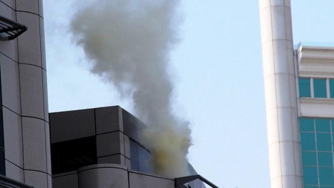 Hiện khói lửa bốc lên từ tòa nhà 21 tầng.