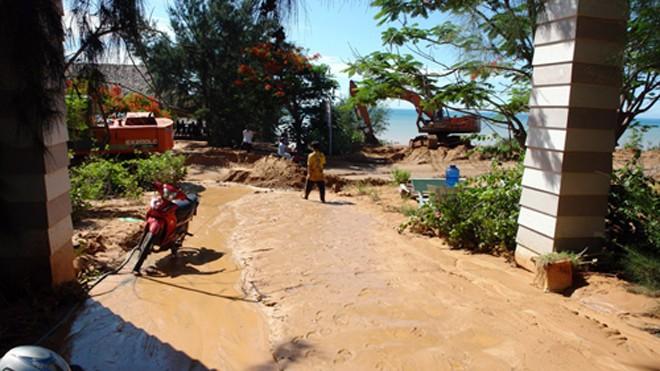 Bùn chảy tràn vào khu resort. Ảnh: Tư Huynh/VnExpress