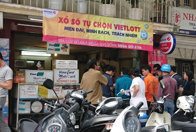 Người dân Hà Nội xếp hàng để mua vé số điện toán tại điểm bán trên đường Trần Hưng Đạo, Hà Nội.