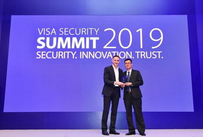 Đại diện Trung tâm thẻ Vietcombank nhận giải thưởng do Tổ chức thẻ quốc tế Visa trao tặng