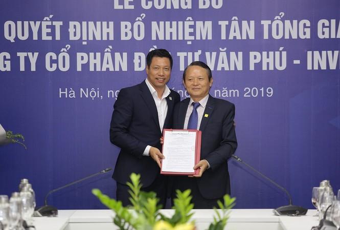 Chủ tịch HĐQT Văn Phú - Invest (bên trái) trao quyết định bổ nhiệm cho Tân Tổng giám đốc Đoàn Châu Phong (bên phải)