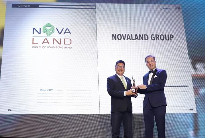 Ông Bùi Xuân Huy, Tổng Giám đốc Tập đoàn Novaland (trái) nhận giải thưởng từ ông William Ng, Tổng biên tập của Tạp chí HR Asia