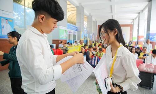 Thí sinh trúng tuyển NV nhận giấy báo nhập học tại HUTECH