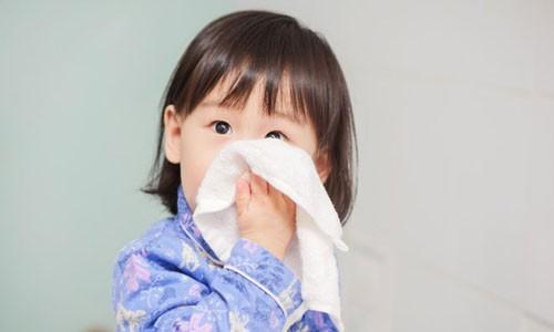 Chảy nước mũi là triệu chứng viêm đường hô hấp trên ở trẻ