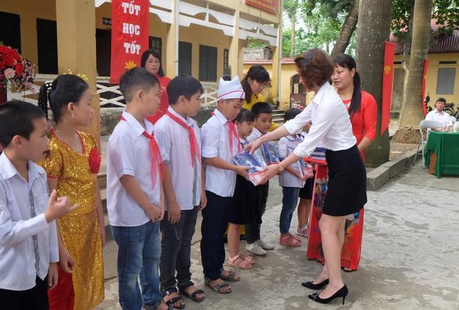 EVN HANOI đồng hành cùng học sinh khó khăn trong năm học mới