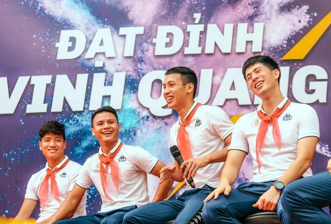 """Các cầu thủ CLB bóng đá Hà Nội mang đến nhiều khích lệ tinh thần tới các em học sinh ở Hà Nội qua chương trình """"Strong Vietnam"""""""