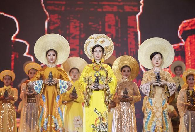 Hoa Hậu Việt Nam Đỗ Mỹ Linh thực hiện nghi lễ dâng trầm tại chương trình Trầm Hương Khánh Hoà- Linh khí của Trời Đất.