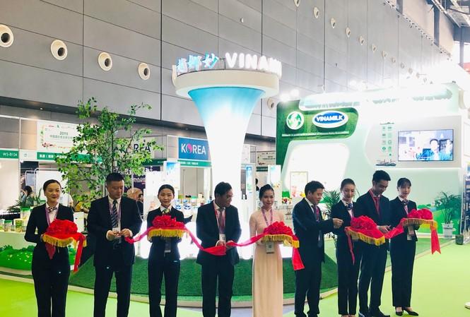 Các đại biểu cùng cắt băng khai trương khu vực giới thiệu sản phẩm của Vinamilk tại Triễn lãm