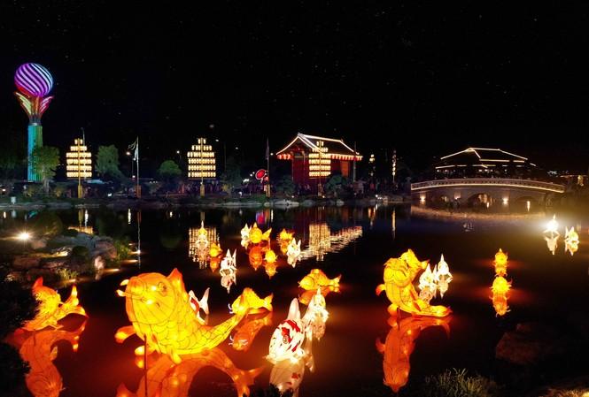 Cư dân tương lai của Vinhomes Smart City được thưởng ngoạn lễ hội đèn lồng mỗi ngày tại Vườn Nhật Bản ngay trong nội khu dự án