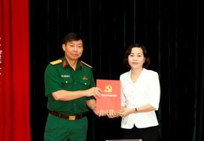 Bí thư Tỉnh ủy Ninh Bình Nguyễn Thị Thanh trao quyết định cho Đại tá Đinh Công Thanh.