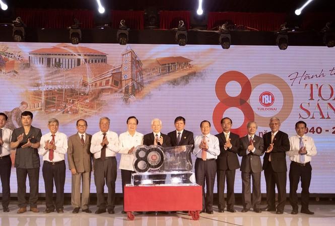 Nguyên Chủ tịch nước Nguyễn Minh Triết cùng lãnh đạo công ty chụp ảnh lưu niệm