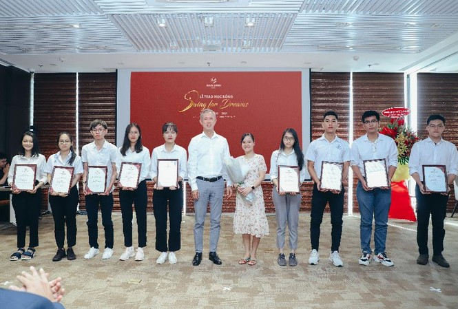"""Ông Steven Chu – Tổng giám đốc tập đoàn Nam Long trao học bổng """"Swing For Dreams"""" cho các bạn sinh viên Đai học Bách Khoa TP.HCM"""