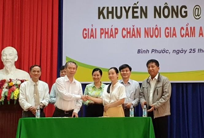 Các đại biểu chứng kiến lễ ký kết hợp tác giữa Công ty CP Việt Nam chi nhánh Bình Phước và đại diện nông dân nuôi gà Bình Phước