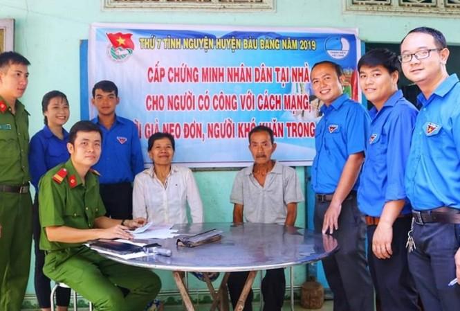 Đoàn thanh niên đến tận nhà giúp dân giải quyết thủ tục hành chính