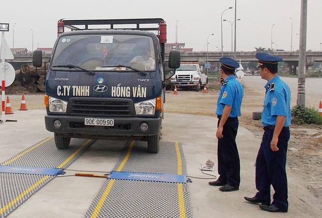 Thanh tra giao thông kiểm tra tải trọng của xe