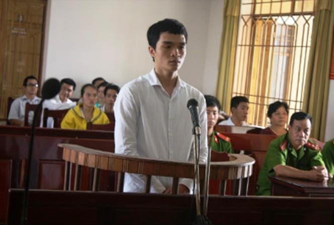 Cựu Trung úy công an Trần Hữu Nam trong phiên tòa xử tội trộm cắp tài sản
