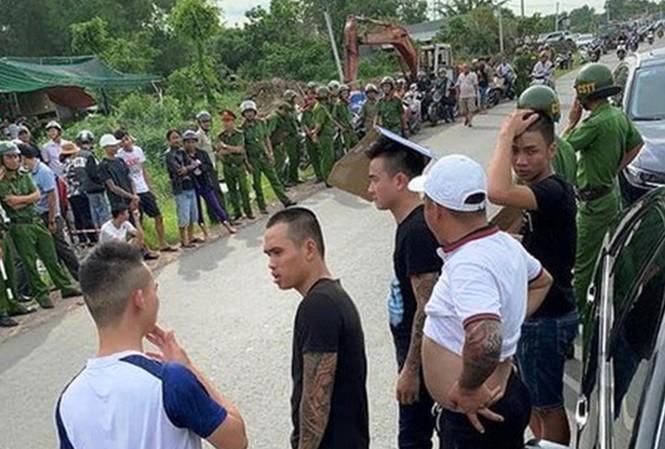 Hàng trăm đối tượng bao vây xe chở 3 sỹ quan công an Đồng Nai sau khi xảy ra vụ ẩu đả tại quán karaoke vào tháng 6 vừa qua
