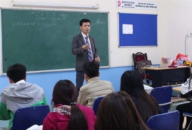 Ông Trần Khắc Hùng Chủ tịch HĐQT Đại học Đông Đô trong một lần giảng dạy tiếng Nhật cho sinh viên trường này. Ảnh: Facebook Đại học Đông Đô