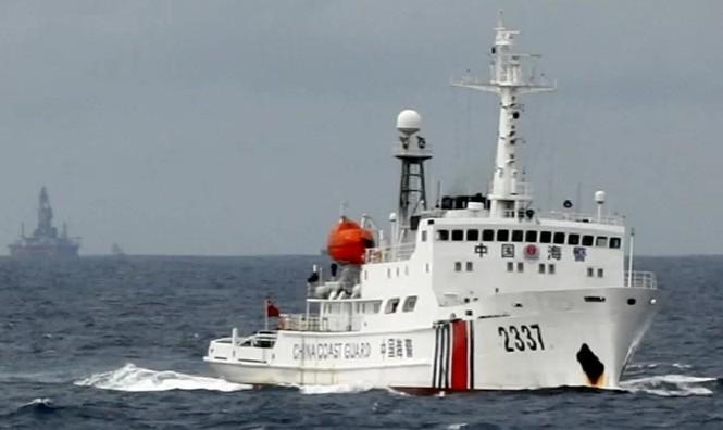 Một tàu hải cảnh Trung Quốc hoạt động trên biển Đông Ảnh: Reuters
