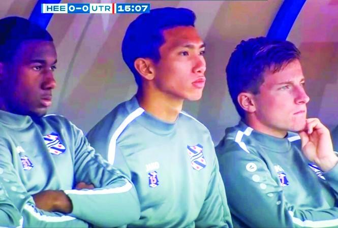 Văn Hậu trên băng ghế dự bị của SC Heerenveen ở trận đấu chiều qua