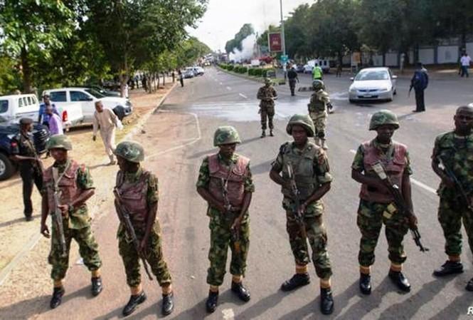 Nigeria sử dụng cảnh sát và quân đội phong tỏa, giới nghiêm để chống dịch