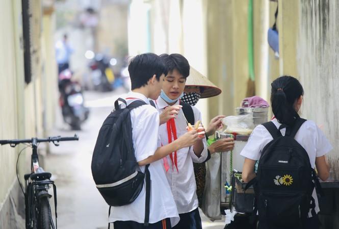 Nhiều học sinh có thói quen mua đồ ăn vặt ảnh: trọng tài