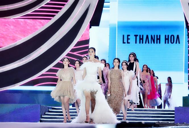 35 thí sinh catwalk cùng Hoa hậu Trần Tiểu Vy