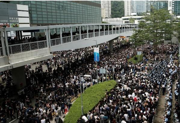 Khu vực gần trụ sở hành chính Hong Kong bị người biểu tình vây kín sáng 12/6.