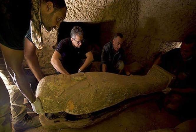 Các nhà khảo cổ học phát hiện quan tài bằng đá vẫn nguyên vẹn,