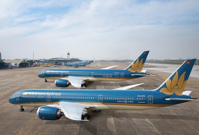 """Máy bay của VNA """"đắp chiếu"""" kín sân bay Nội Bài do ảnh hưởng của dịch COVID-19."""