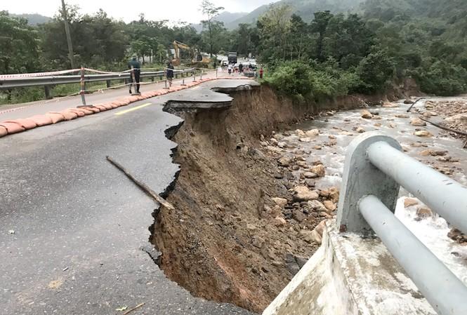 Đường Hồ Chí Minh qua các tỉnh miền Trung, Tây Nguyên liên tục sạt lở do mưa lũ.