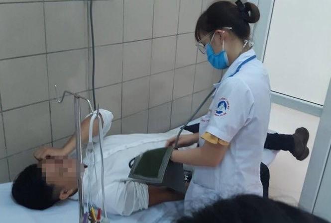 Một người dân tiếp xúc lâu trong khu vực đám cháy tại Nhà máy bóng đèn, phích nước Rạng Đông đến BV Bạch Mai khám và làm xét nghiệm sáng 30/8