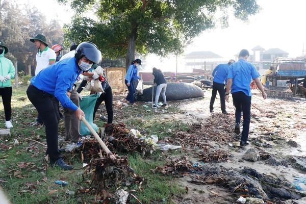 Ra quân thu gom rác thải, rác thải nhựa tại vùng đầm phá thị trấn Thuận An, TT-Huế.