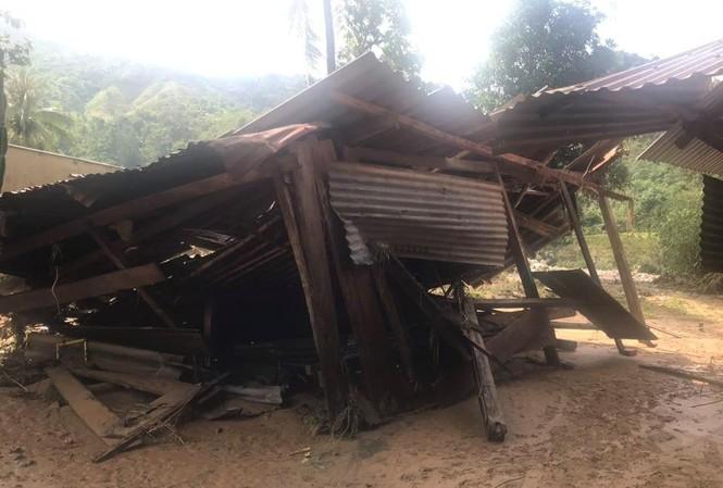 Nhà cửa bị đổ sập, tài sản bị cuốn trôi sau khi thủy điện xả lũ.