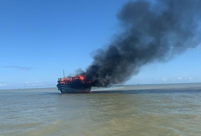 Tàu chở hành khách từ Cù Lao Chàm về TP. Hội An thì bất ngờ bốc cháy dữ dội.