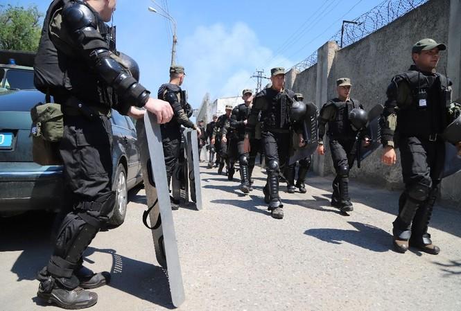 Hàng trăm lính Vệ binh quốc gia và cảnh sát được triển khai tới dập tắt bạo loạn. Ảnh: AP