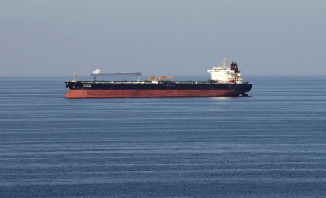 Tàu chở dầu đi qua eo biển Hormus. Ảnh Reuters