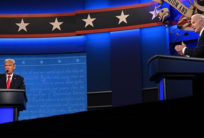 Hai ứng cử viên tổng thống Mỹ trong cuộc tranh luận cuối cùng tối 22/10. Ảnh: AP.