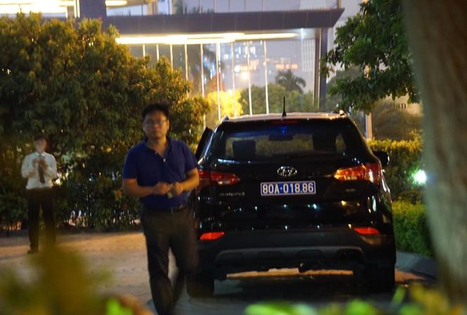 Xe công vụ tại trụ sở Mobifone ở phố Dương Đình Nghệ, Cầu Giấy, Hà Nội vào tối 26/8. Ảnh: Nguyễn Hoàn.