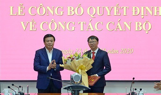 GS.TS Nguyễn Xuân Thắng trao quyết định và chúc mừng PGS.TS Đinh Ngọc Giang