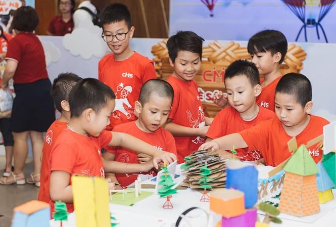 Các em nhỏ hào hứng bên các mô hình sáng chế từ vật liệu tái chế