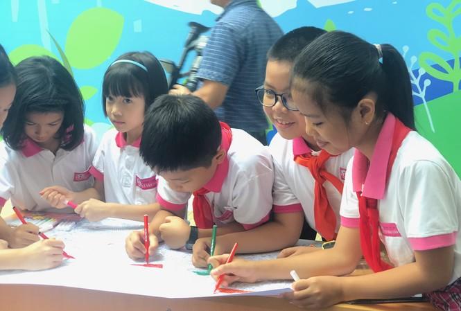 Các em học sinh trường Tiểu học Lê Văn Tám (Hai Bà Trưng, Hà Nội) thi vẽ tranh về thành phố tương lai ngay tại lễ phát động.
