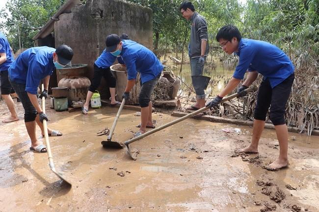 Sinh viên Nghệ An tình nguyện hỗ trợ nhân dân Hà Tĩnh khắc phục hậu quả lũ lụt