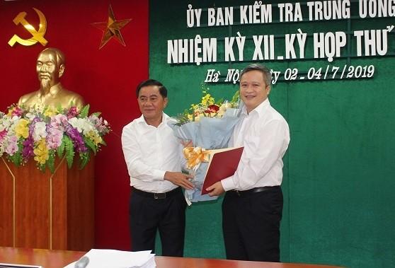Ông Trần Cẩm Tú trao quyết định và chúc mừng đồng chí Trần Tiến Hưng