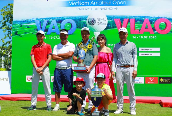 Quang Trí (trái) và Đặng Minh (giữa) là những golfer đầy triển vọng