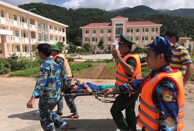 Hiện các ngư dân bị nạn đã được đưa vào bệnh viện tiếp tục điều trị.