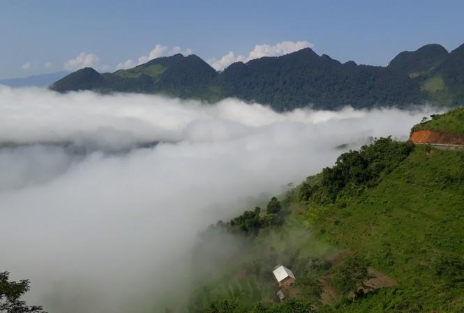 Dòng sông mây trôi lững lờ quanh núi trên đường đến cổng trời Quản Bạ