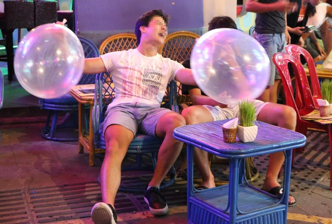 Thanh niên chơi bóng cười trên phố Tây.